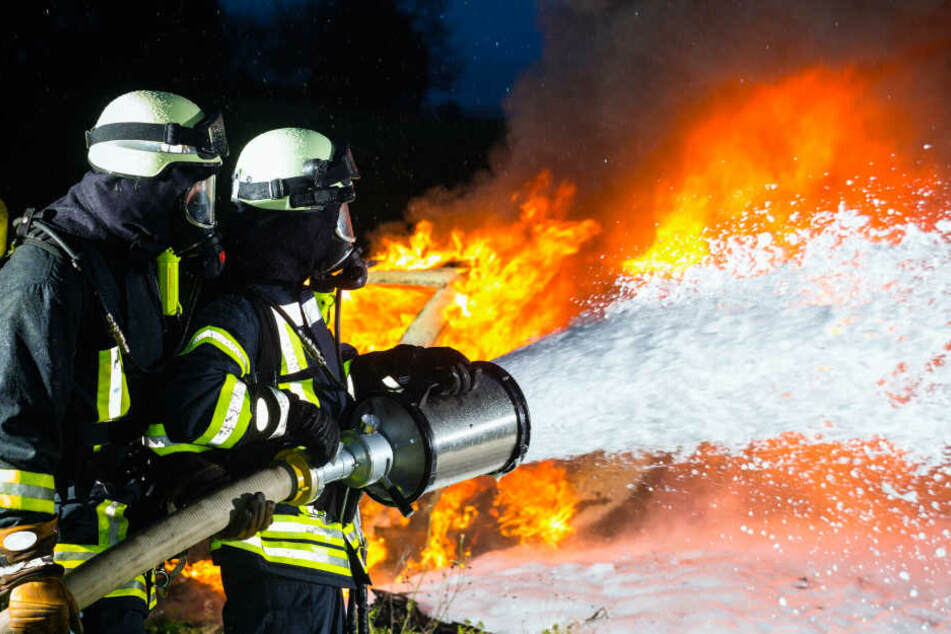 Der massige Geländewagen brannte komplett aus - die Feuerwehr konnte nicht mehr viel ausrichten. (Symbolbild)