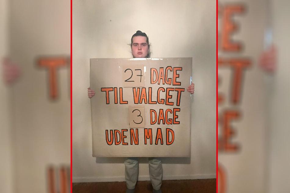 Mikkel Brix hält ein Schild mit der Aufschrift