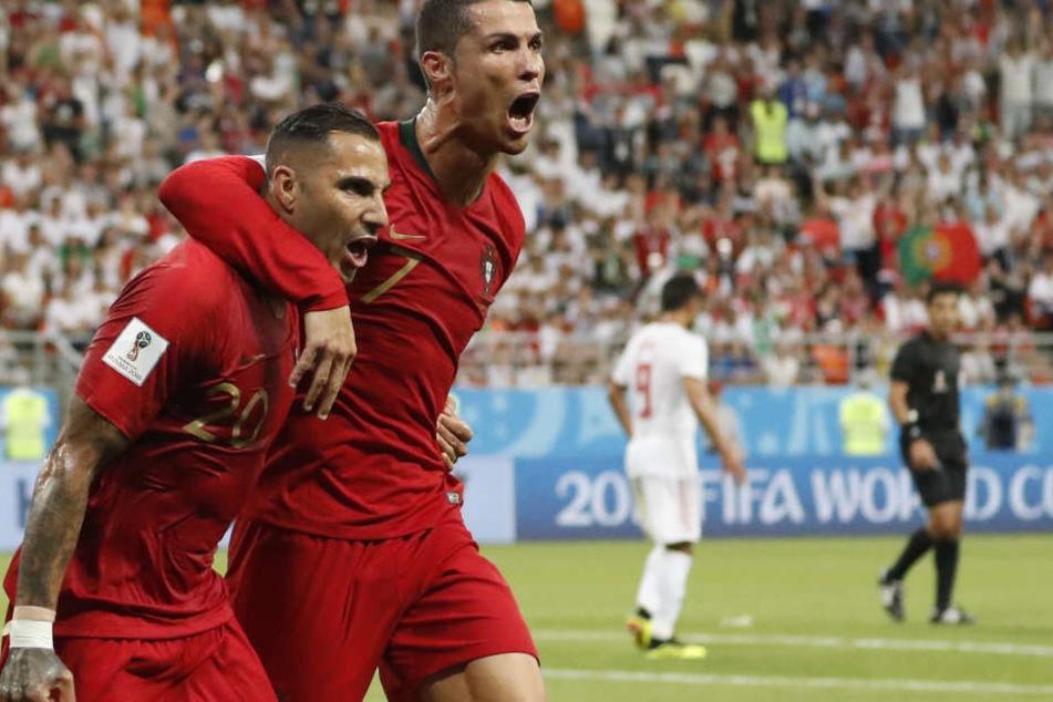 Ricardo Quaresma (l) aus Portugal bejubelt sein Tor zum 1:0 mit Cristiano Ronaldo.