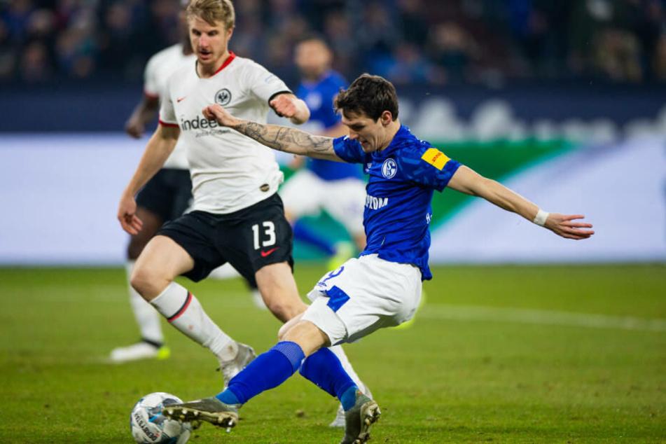 Benito Raman schießt das 1:0 für Schalke. Martin Hinteregger kann nur noch zusehen.