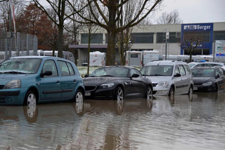 Das Wasser stieg rasch, die geparkten Autos standen schnell bis zu den Türen in der Brühe.