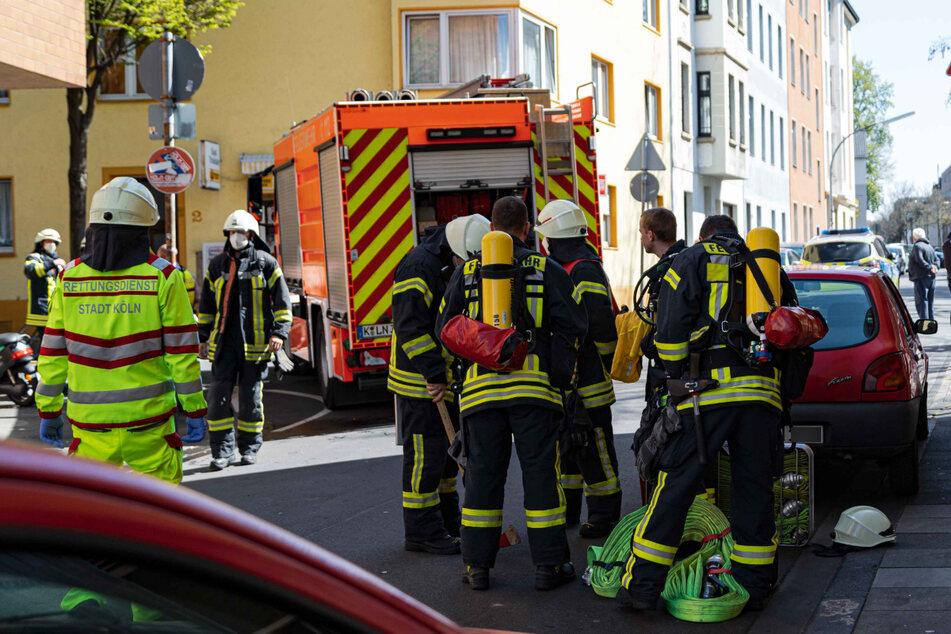 Feuerwehrmann löscht Brand vom Dach einer Lagerhalle, doch dann bricht es ein