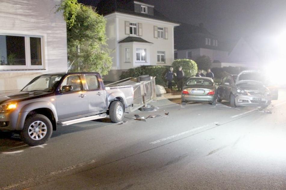 Nach der Kollision blieben die Autos auf der Straße stehen.