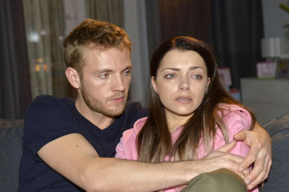 Paul muss Emily trösten, nachdem diese ihrem Zwillingsbruder ihre fiese Intrige gebeichtet hat.