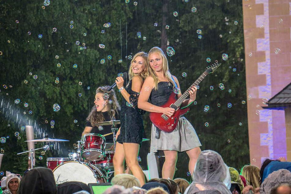 Auch Stephanie Hertel (39) störte der Regen kaum. Sie feierte mit ihrer Band und den Fans.