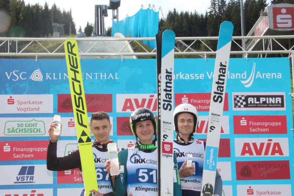 Der Slowene Domen Prevc (M.) gewann am Wochenende beide Springen in Klingenthal, beide Male vor dem Polen Muranka (l.) und Mackenzie Boyd-Clowes (Kanada).
