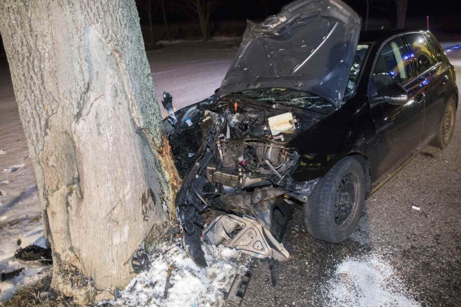 Frontalcrash gegen Baum: Fahrer schwer verletzt