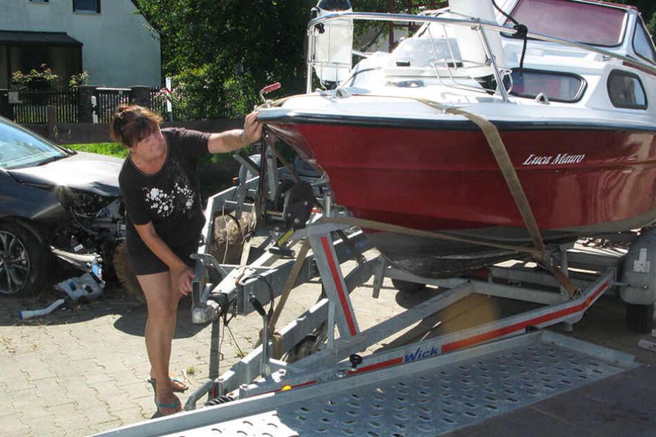 Seniorchefin Ingrid Zisowsky mit dem ramponierten Boot.