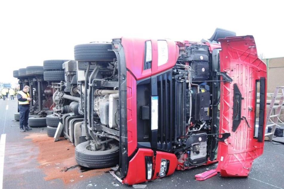 Der 45-jährige Fahrer dieses Sattelzuges kippte am Montagmorgen auf der A9 bei Droyßig um und sorgte für eine stundenlange Vollsperrung.