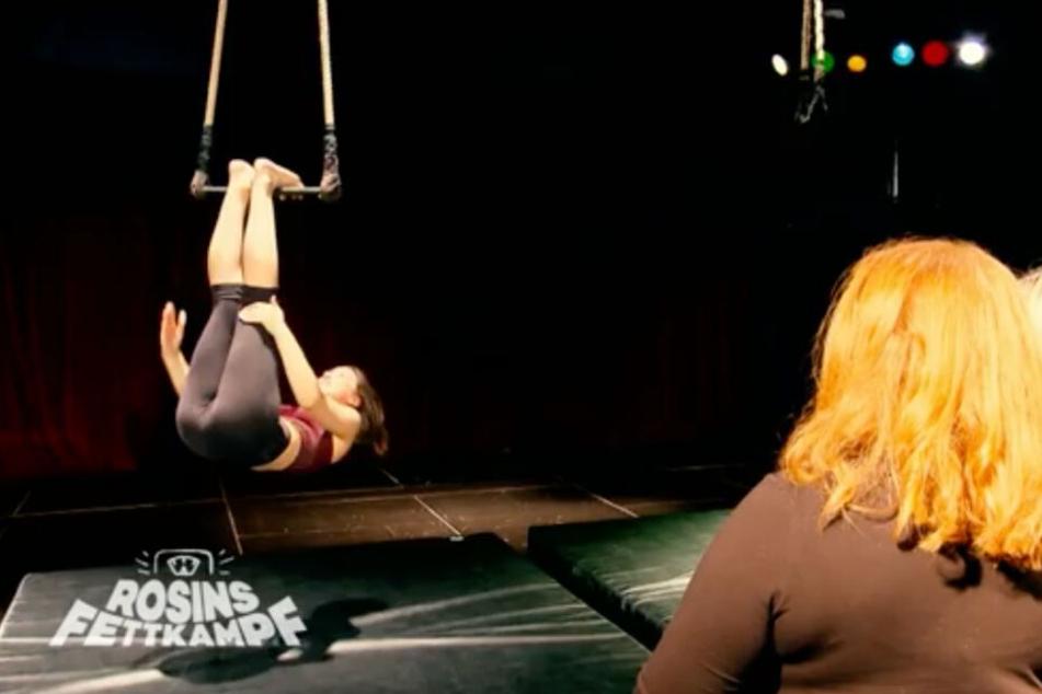 Einfach mal abhängen: Luftakrobatin Rachel Bauer-Siemoneit-Barum trainiert Team Rebecca.