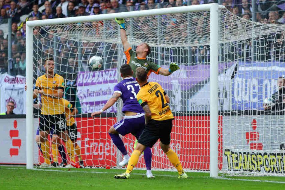Das direkte Duell zwischen Aue und Dynamo ging mit 4:1 klar an die Veilchen. Hier überwindet Aue-Stürmer Pascal Testroet (M.) Dresdens Schlussmann Kevin Broll zum zwischenzeitlichen 3:1.