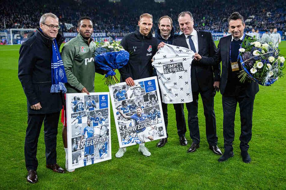 Bevor es los ging, wurden aber erst einmal Ehrungen vorgenommen. Die langjährigen Schalker Benedikt Höwedes (3.v.l.) und Jefferson Farfan (2.v.l.) wurden jeweils mit einer Bildcollage und einem Blumenstrauß für ihre Verdienste geehrt.