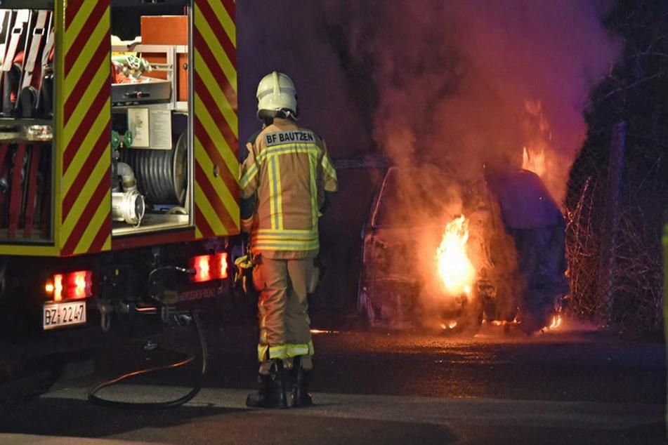 Als die Feuerwehr eintraf, stand der VW Polo bereits in Flammen.