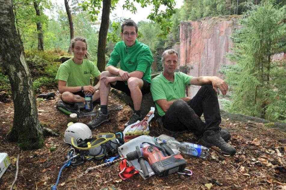 Manuel Zahn (19), Moritz Meissner (19) und Wido Woicik (52, v.l.nr.) sanieren  im Auftrag des Sächsischen Bergsteigerbundes die Zustiege und klettertechnischen  Anlagen am Rochlitzer Berg.