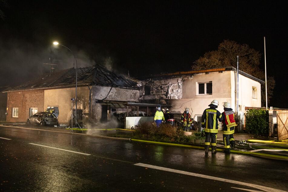 Die Feuerwehr war mit einem Großaufgebot von rund 100 Helfern im Einsatz. Die zwei Häuser sind nach dem Feuer unbewohnbar.