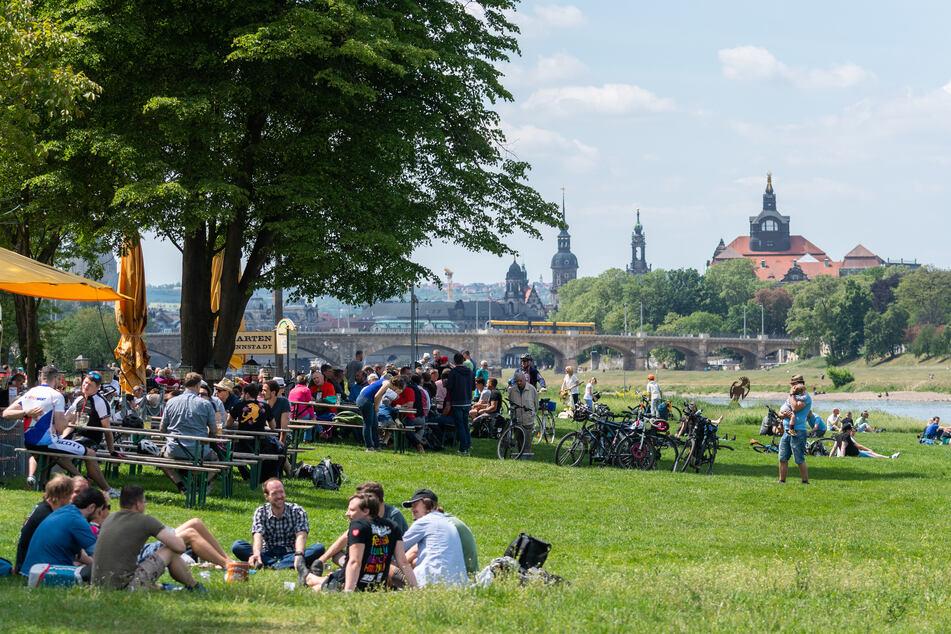 Zahlreiche Besucher sitzen am Vatertag, auch Herrentag genannt, an der Elbe in und an einem Biergarten. Auch an Christi Himmelfahrt gelten die wegen der Corona-Pandemie verfügten Kontaktbeschränkungen.