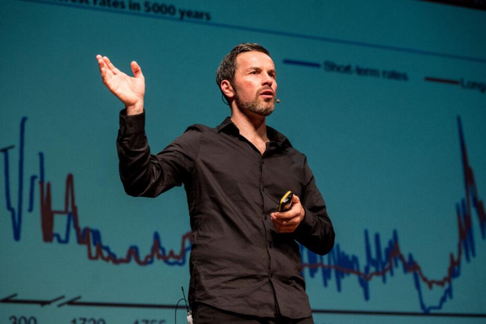 Marc Friedrich hält eine Präsentation.