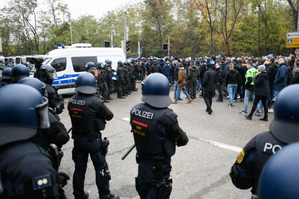24. November: Polizisten begleiten die KSC-Fans zum Stuttgarter Stadion.