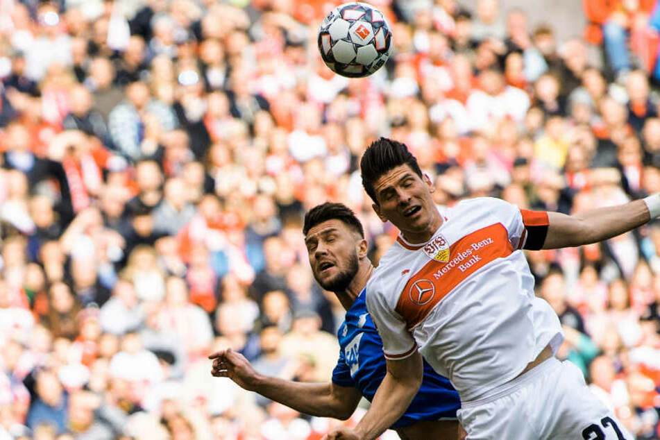 Kopfball-Duell zwischen VfB-Star Mario Gomez (r.) und TSG-Mann Ermin Bicakcic.