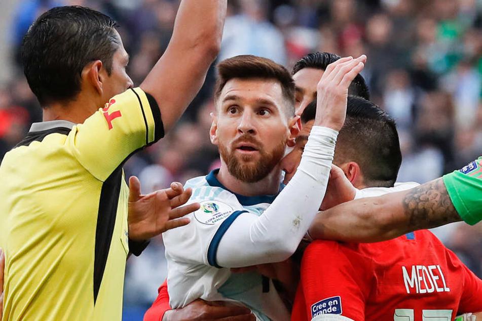 Noch im Clinch mit Medel blickt Messi den Schiedsrichter aufgrund seines Platzverweises ungläubig an.