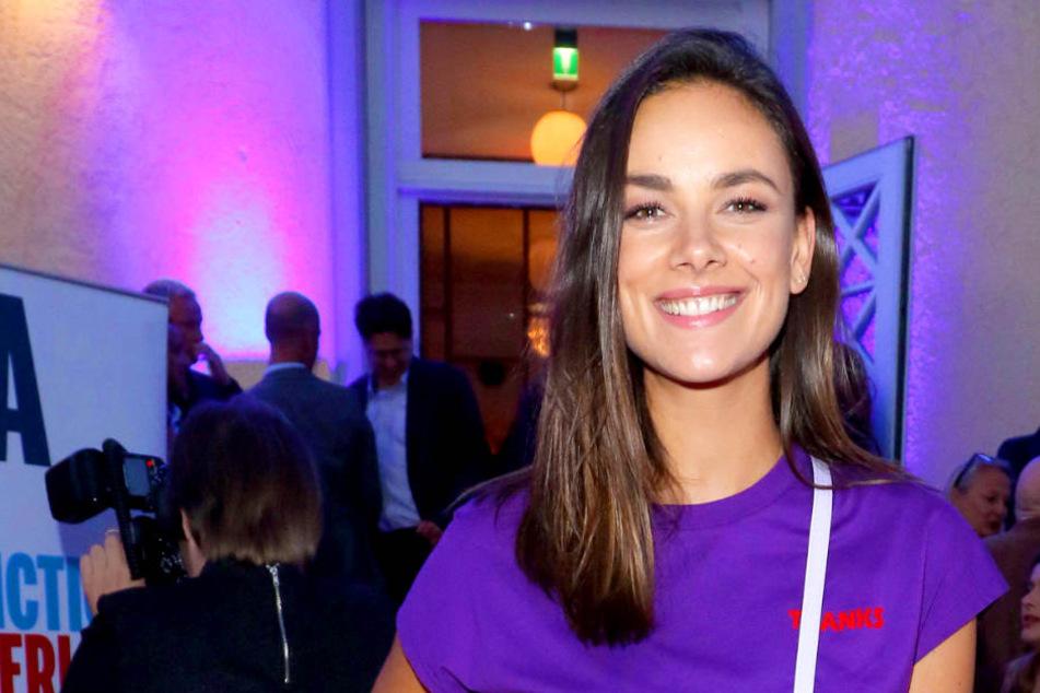 So kennen ihre Fans Janina Uhse (28): Jetzt hat die Schauspielerin ein ganzes Stück Haar gelassen.