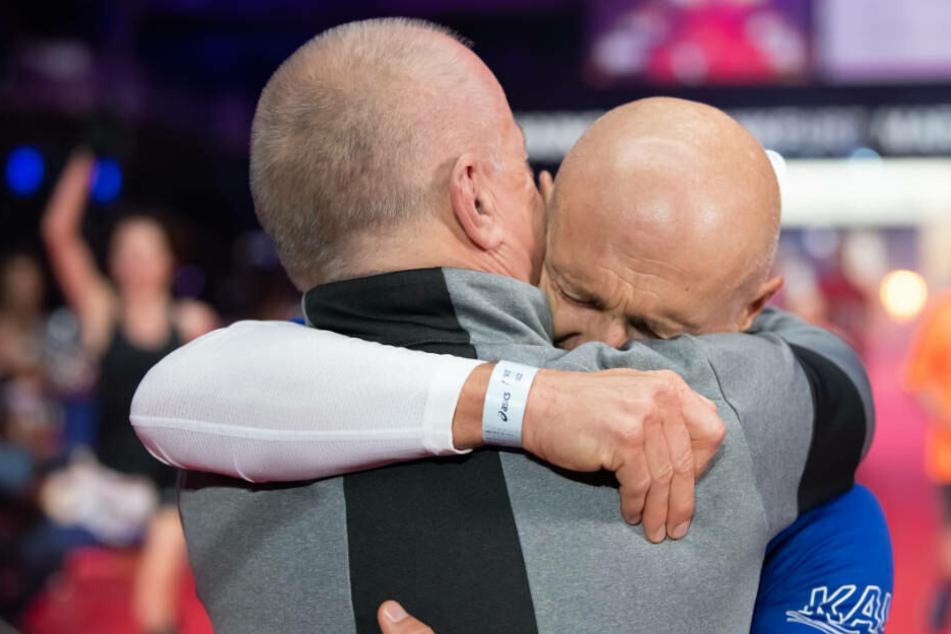 Emotionaler Moment bei Frankfurt-Marathon: Zampach und sein Bruder Paul, dem er eine Niere gespendet hatte, brechen Tränen aus.