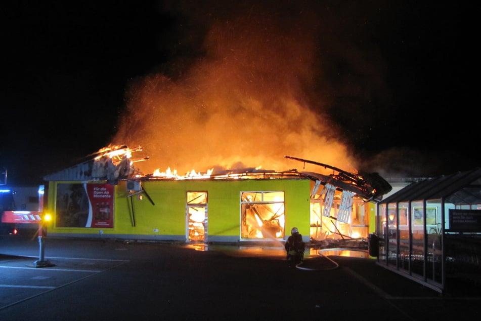 Der Netto-Supermarkt in der Schillerstraße in Quedlinburg brannte in der Nacht auf Donnerstag vollständig nieder.
