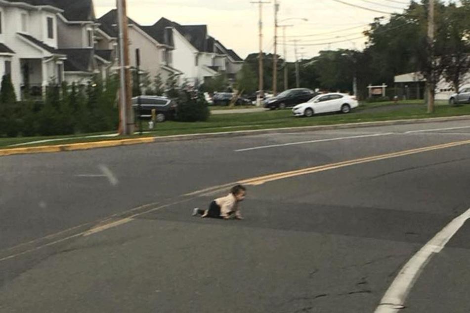 Was macht das Baby dort auf der Straße?