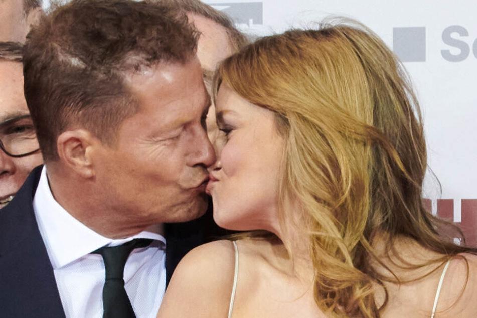 """Schauspieler Til Schweiger küsst Kollegin Stefanie Stappenbeck, die Braut in seinem neuen Film """"Die Hochzeit"""", vor der Premiere im Zoo Palast."""