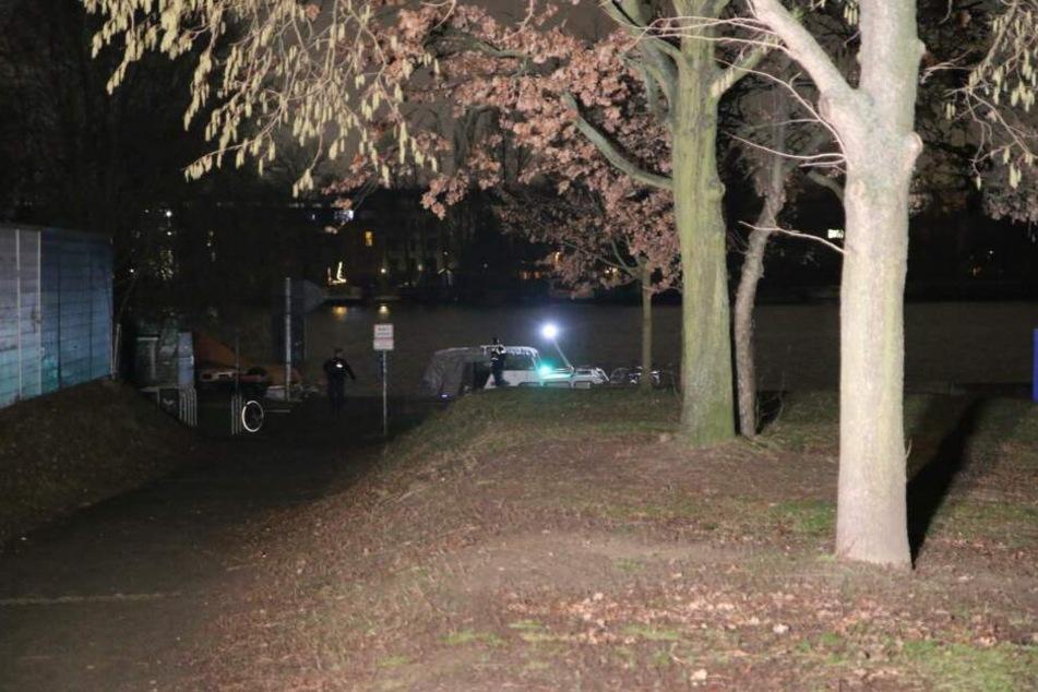 Das SEK stürmte in der Nacht zu Mittwoch ein Sportboot in Berlin-Lichtenberg.