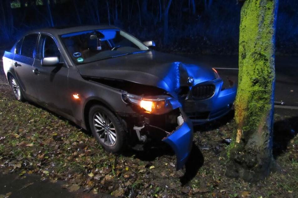 """Gefährlicher """"toter Winkel"""": BMW kracht frontal gegen Baum"""