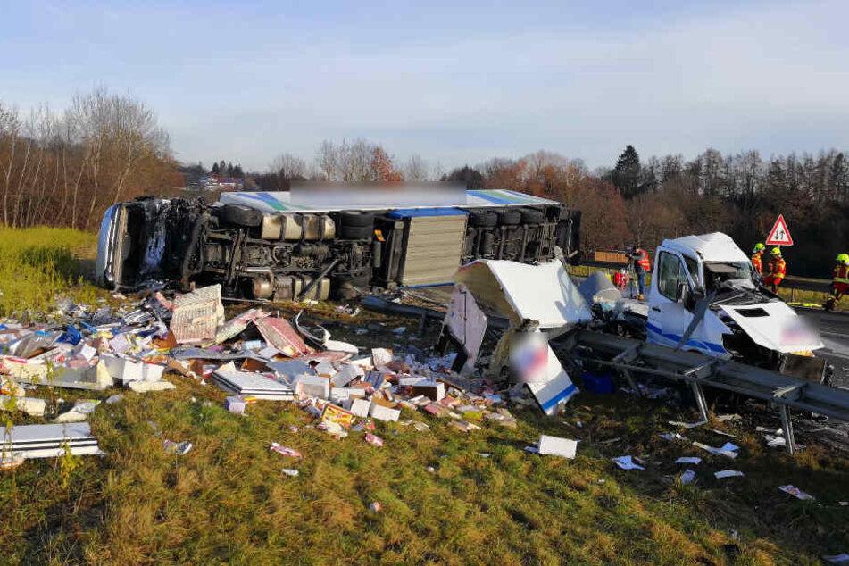 Die Unfallstelle am Mittwochmorgen. Rechts der zerstörte Kleintransporter, im Hintergrund der umgekippte Sattelzug.
