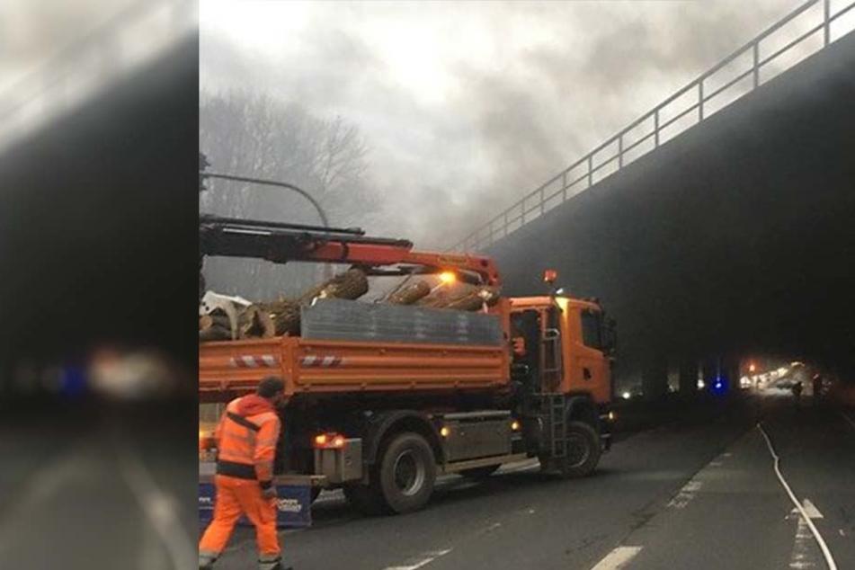 Trotz Brand unter Brücke: Autos versuchen, Feuerwehrabsperrung zu durchbrechen