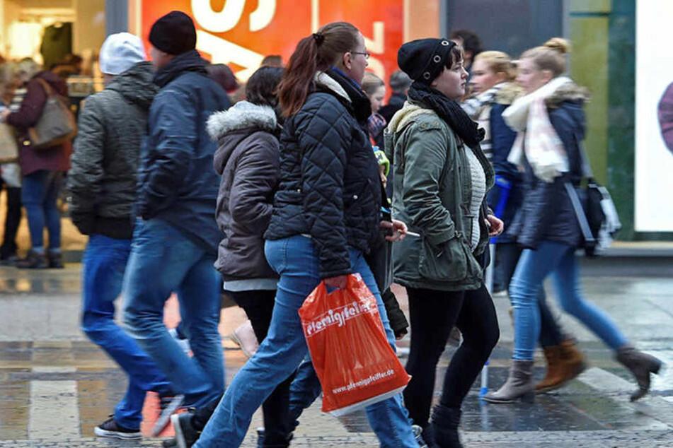 Trotz sehr durchwachsenen Winterwetters wurde am Samstag auf Dresdens Prager  Straße eifrig geshoppt.