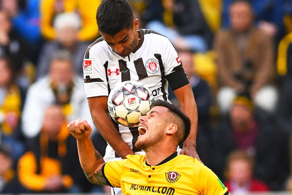 Die Härte der 2. Liga bekam Dario Dumic nicht nur bei diesem Luftkampf gegen St. Paulis Sami Allagui zu spüren. Dabei konnte sich Dynamos Bosnier mit seinen 1,93 Meter durchaus wehren...