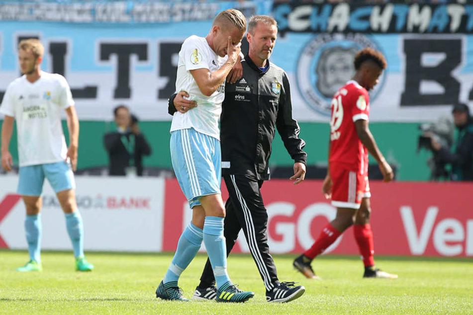 Bitter! Das Pokalspiel gegen die Bayern endete für Dennis Grote doppelt tragisch.