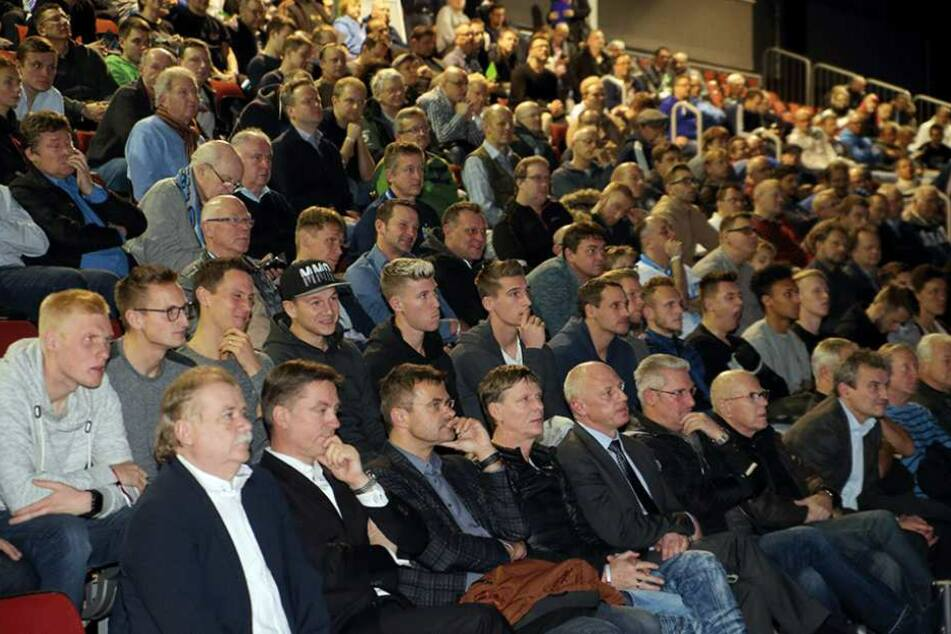 Auf der CFC-Mitgliederversammlung sprachen 900 Mitglieder, Gäste und Spieler Tacheles.
