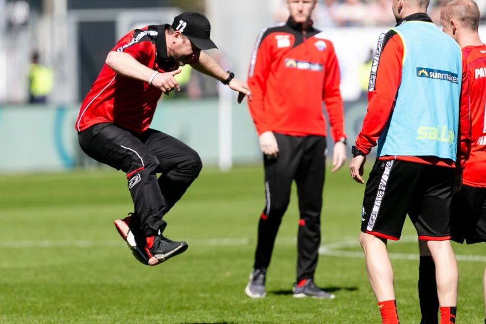 Nach dem Sieg gegen Holstein Kiel, machte SCP-Trainer Steffen Baumgart einen Luftsprung.