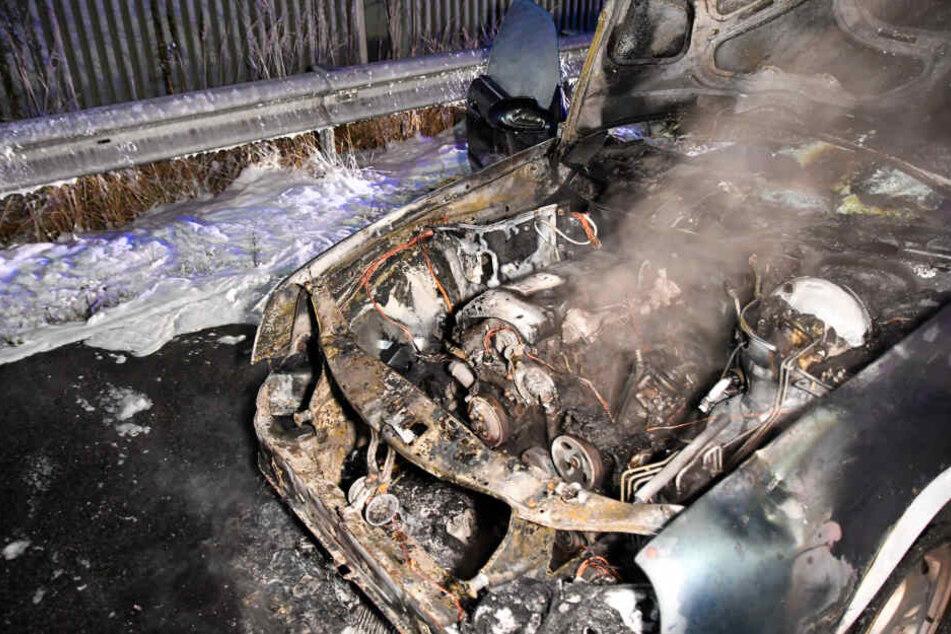 Das Fahrzeug wurde durch die Flammen komplett zerstört.