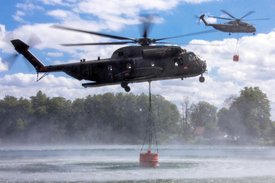 Die Bundeswehr unterstützt den Kampf gegen den Waldbrand bei Lübtheen. Zwei Hubschrauber vom Typ CH53 nehmen jeweils 5000 Liter Wasser in einem See auf.