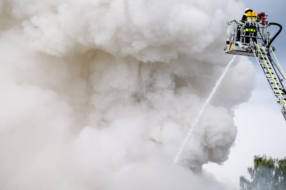 Die Feuerwehr löscht ein Feuer auf einem Recyclinghof im Stadtteil Aubing-Lochhausen. Die Feuerwehr ist seit der Nacht mit rund 100 Einsatzkräften im Einsatz.
