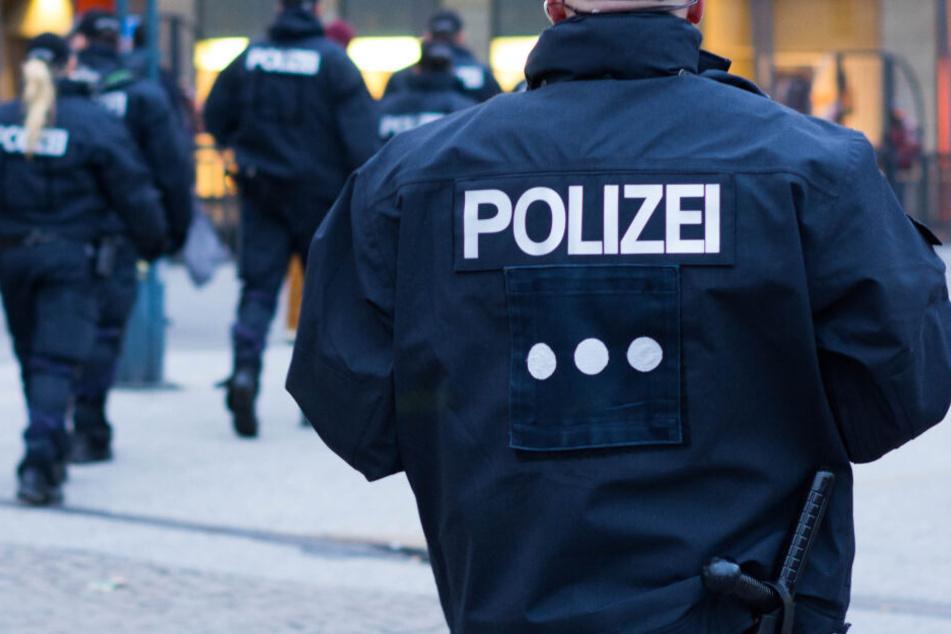 Die Polizei nahm den Mann mit. (Symbolbild)
