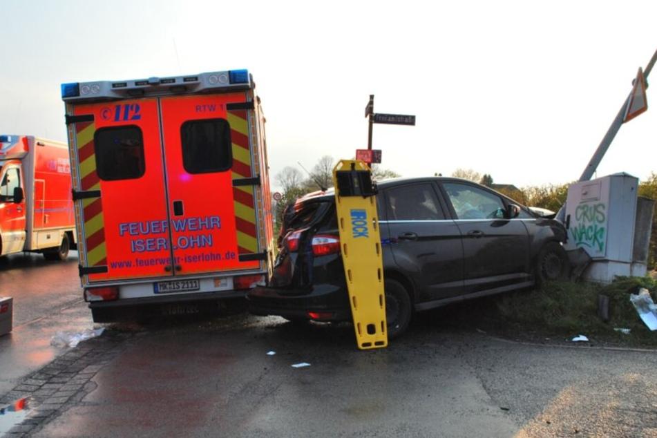 Das Auto krachte gegen einen Verteilerkasten.