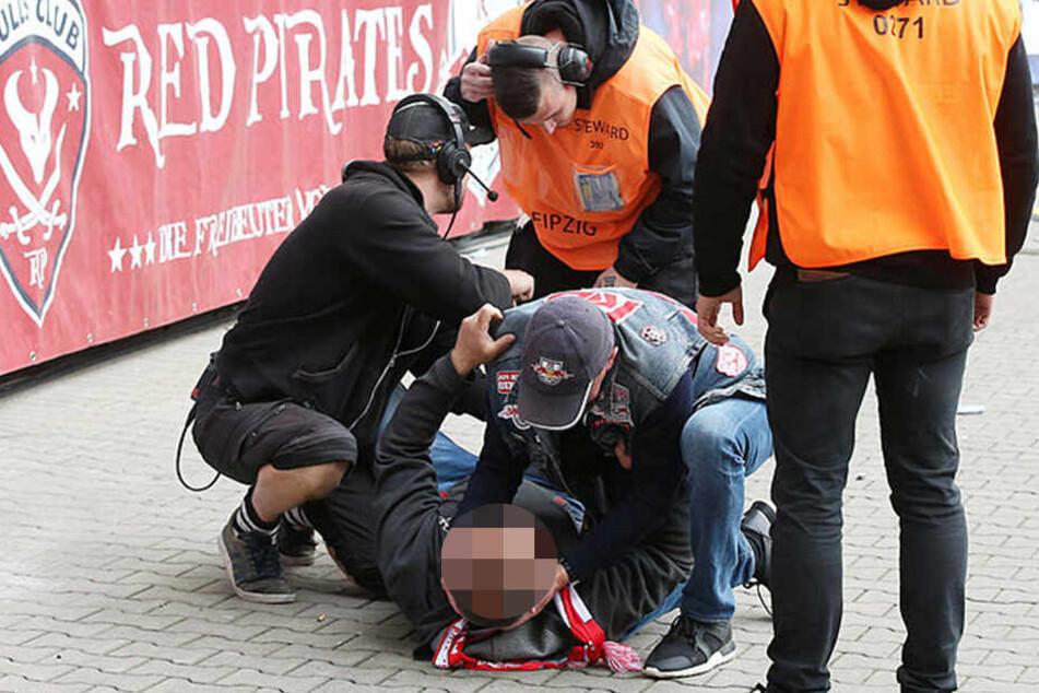 Rangnick leistete sofort Erste Hilfe, nachdem ein Fan für ein Erinnerungsfoto von der Tribüne sprang.
