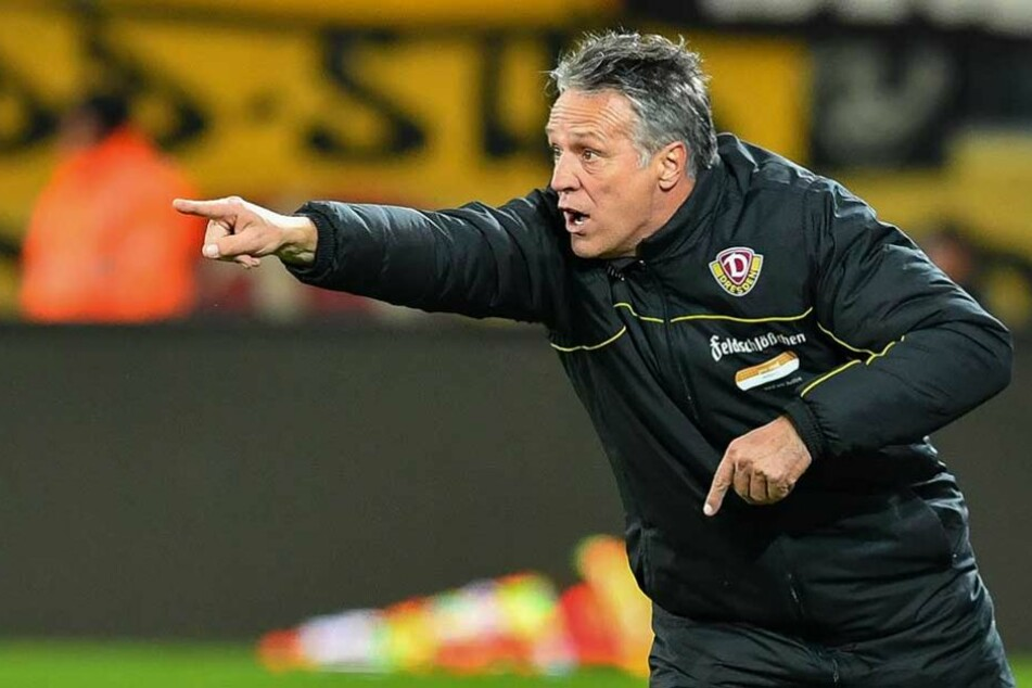 Uwe Neuhaus zeigt's an: Mit Dynamo könnte es heute weiter nach oben gehen. Mal seh'n, wen und was der Trainer auf seinem Zettel hat.