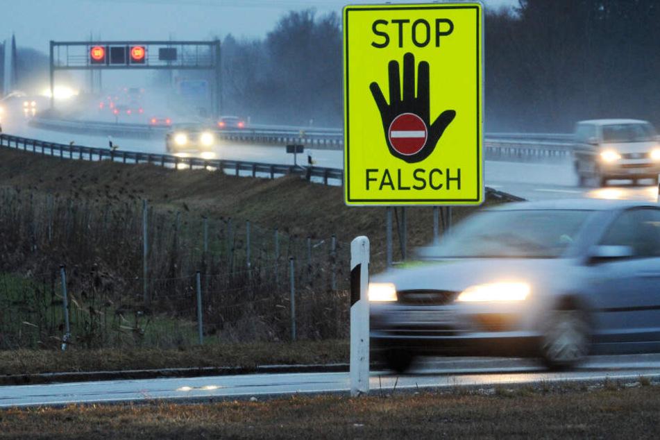 Ein Schild an einer Autobahn-Auffahrt weist Fahrer auf die Fahrtrichtung hin. (Symbolbild)