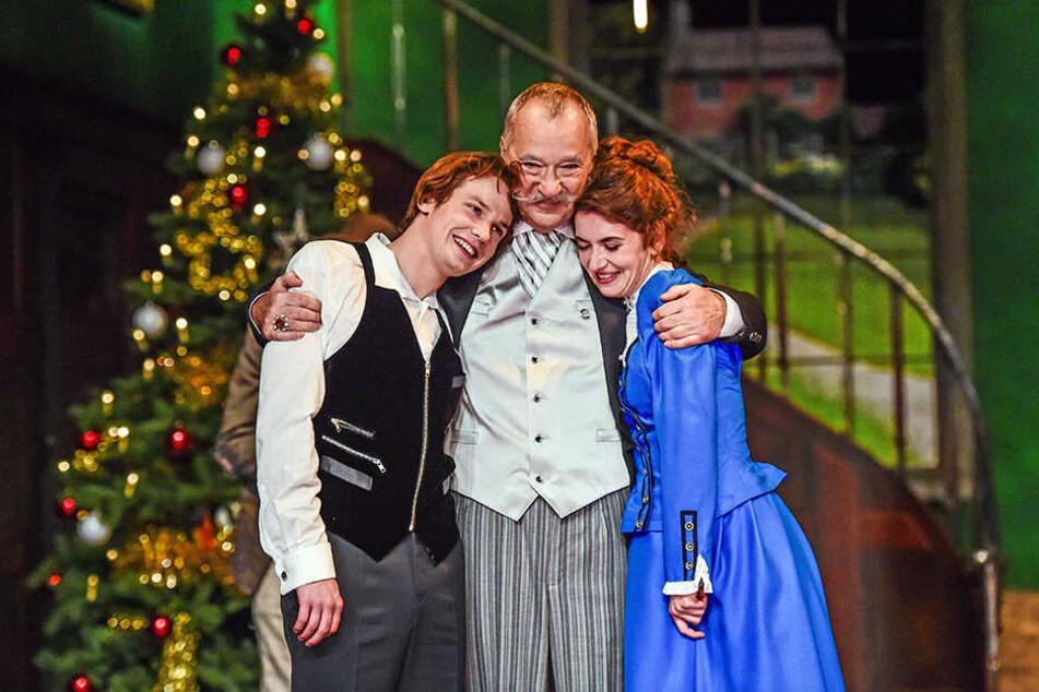 Am Ende sind alle Vorurteile überwunden: Konstantin Weber (Cedric), Wolfgang Adam (Earl) und Maria Schubert (Cedrics Mutter).