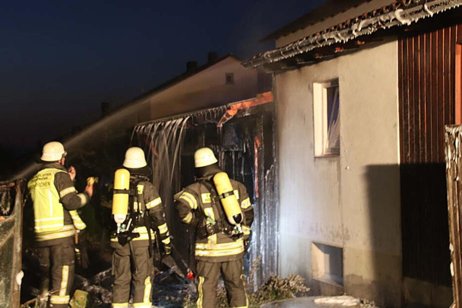 Nächtlicher EInsatz für die Floriansjünger. Die Polizei ermittelt nun, ob ein Brandstifter dahinter steckt.