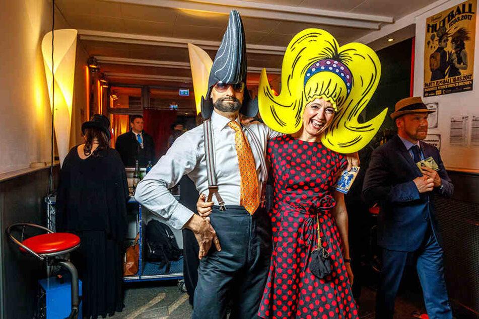Beim Hutball ist alles möglich: MDR-Moderatorin Anja Koebel (49) und ihr Begleiter wählten im Vorjahr XXL-Schaumstoff-Frisuren als Kopfbedeckung.