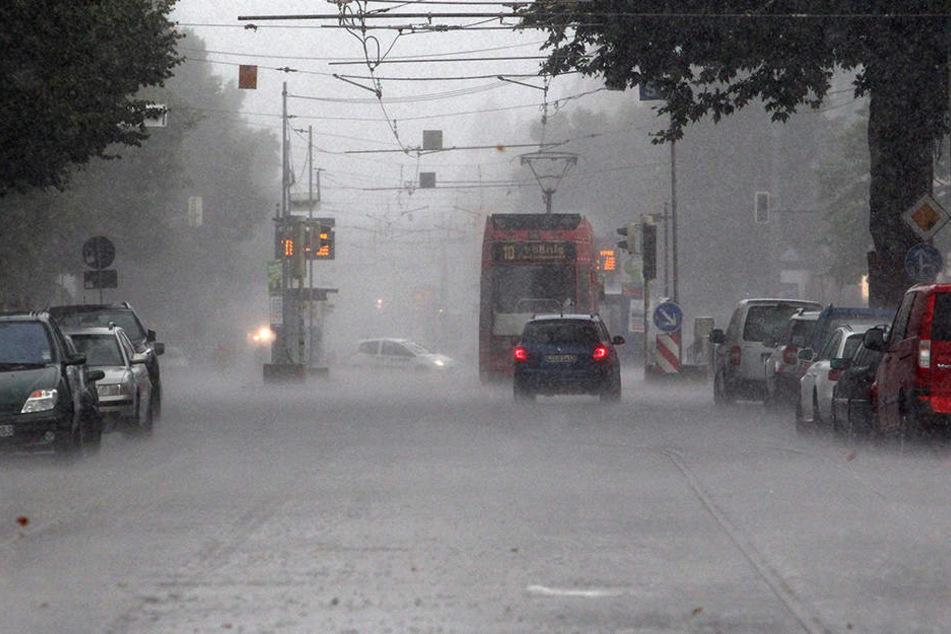 Der Deutsche Wetterdienst warnt vor Gewittern und Starkregen in Sachsen.